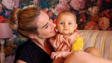 Laura met haar dochtertje die heel relaxt borstvoeding heeft gekregen