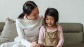 Kind dat met haar moeder aan het tekenen is