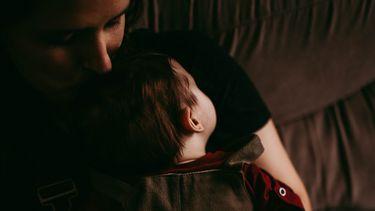 Moeder en baby die slapen dankzij white noise