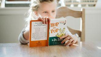 meisje zit een boek te lezen omdat ze overprikkeld was