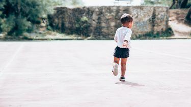 onafhankelijk kind rent door de straat