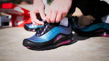 Een sporter trekt zijn hardloopschoenen aan