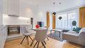 Kleine woonkamer waarin ruimte is gecreëerd door licht te gebruiken