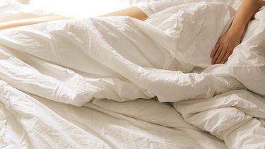 vrouw is naakt aan het slapen in bed