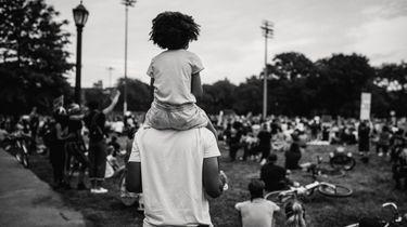 racisme / vader met kind op schouders bij protest BLM