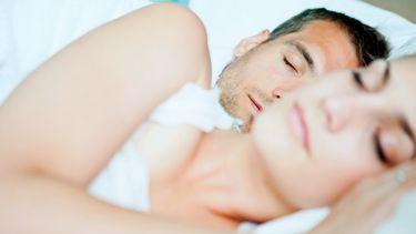 dromen / man en vrouw slapen in bed