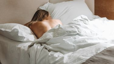 vrouw ligt in bed