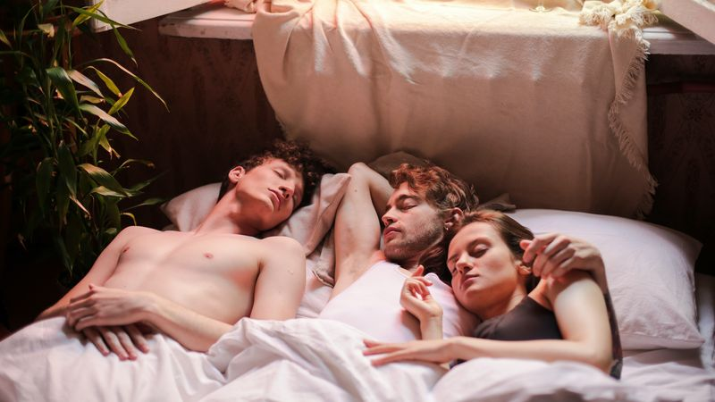Vrouw met twee mannen in bed. Meest voorkomende seksfantasieën