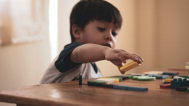 jongetje aan het spelen met speelgoed