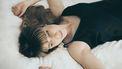 Kieskeurig / Vrouw ligt op bed