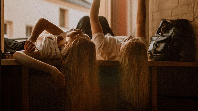 twee meiden lezen een boek