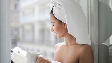 dingen om thuis te doen / vrouw met handdoek op haar hoofd