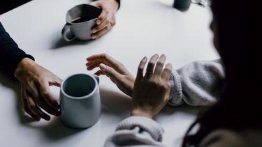 stel voert moeilijk gesprek met een kop koffie
