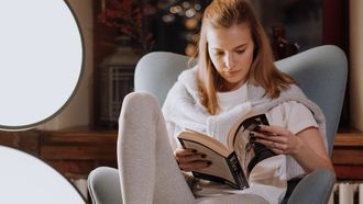 vrouw leest boek omdat ze meer boeken wil lezen