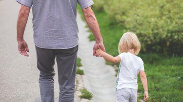 babynamen / meisje loopt met opa