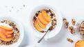 gezond ontbijt met perzik en yoghurt