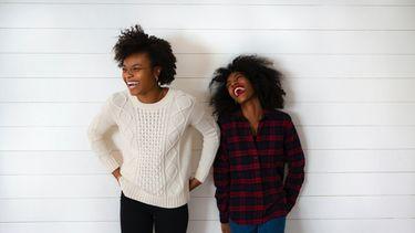 Twee nichtjes die samen lachen