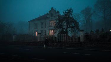 Haunted house in het donker voor een weekende weg met Halloween