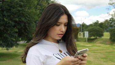 meisje stuurt een smsje op haar telefoon
