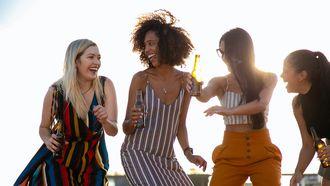vriendin / vier vrouwen dansen in de buitenlucht