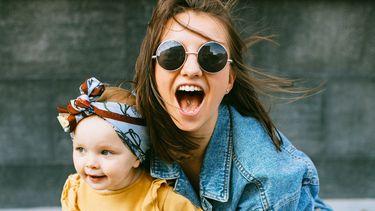 Millennial moeder met haar dochter