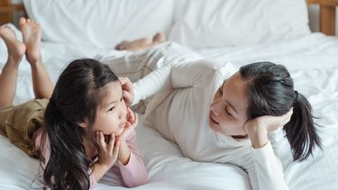 Moeder die haar kind uitlegt hoe de ondergoedregel helpt seksuele grenzen te stellen