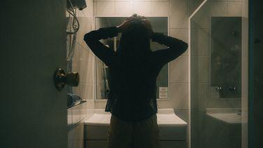 Vrouw die zich ergert aan badkamergewoonten van partner