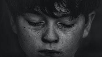 Jongetje die al op jonge leeftijd symptomen van een angststoornis laat zien