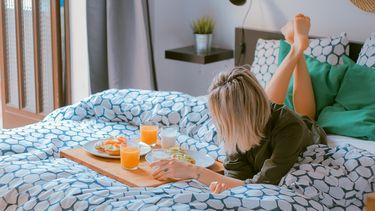 Moeder die ontbijt op bed krijgt voor moederdag