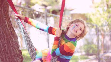 Een jongen die anders durft te zijn in regenboogkleuren