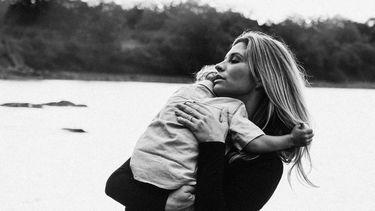 Moeder die haar kind vasthoudt omdat ie verlatingsangst heeft
