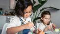 Kinderen die aan het knutselen zijn voor de seizoenstafel van de lente