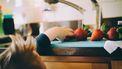 Kind dat vegetarisch wordt opgevoed pakt een aardbei