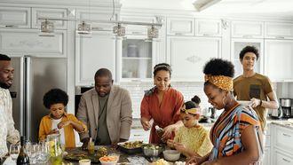 EEn groot gezin waarbij verschillende volwassenen helpen bij de opvoeding, zoals bij alloparenting