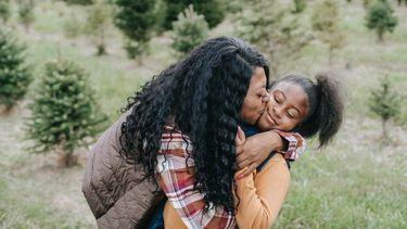 Moeder die haar dochter kust omdat ze een geniale omdenk-uitspraak heeft gedaan