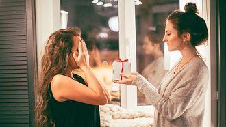 Vrouw die van haar partner baargoud cadeau krijgt