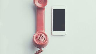 Een oude telefoon en een mobiele telefoon die staan voor de verschillen tussen vroeger en nu