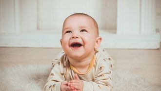 baby lachend op foto
