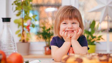 moeilijke eter kindje lacht om uitspraak over eten