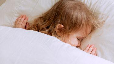 slapende peuter in bed