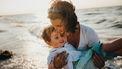herinneringen / moeder met zoon aan zee