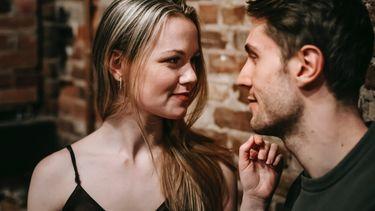 Vrouw kijkt intiem naar man en zegt een van de dingen die elke man graag hoort