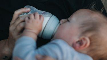 kindje krijgt flesvoeding