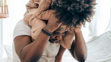 relatieproblemen / kind op de nek van zijn vader in bed
