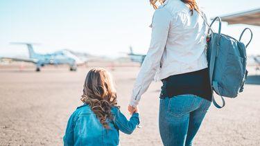 Vliegen / Moeder met dochter op vliegveld