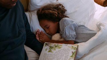 hulp bij de opvoeding van partner / meisje ligt in bed te slapen