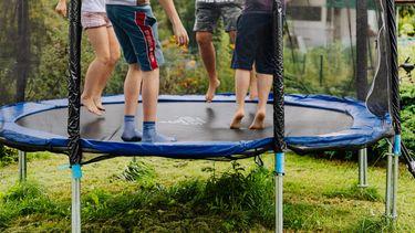 Kinderen van Lia die samen spelen op een trampoline