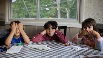 verveelde kinderen aan tafel door fouten in de opvoeding