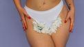 Vrouw met bloemen in haar onderbroek die de geur van haar vagina maskeren