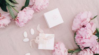 Roze geboortebedankje met geboortesuiker en bloemen